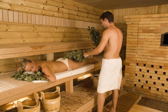 Кружится голова после бани, бассейна, ванны или душа: почему и что делать?