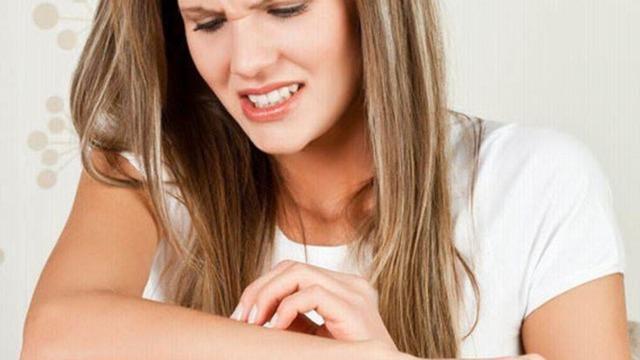 Покалывание и зуд всему телу туловища и коже головы: причины колющих болей и ощущения, как будто иголками колет в разных местах, а также может ли быть это аллергия