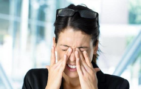 Яблоко под глазом и глазное яблоко при надавливании: причины