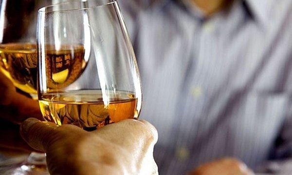 Признаки абстинентного алкогольного синдрома: черный кал и рвота