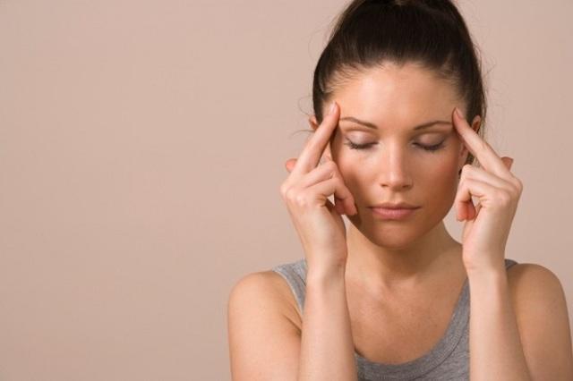 Давит на глаза изнутри: возможные причины и лечение