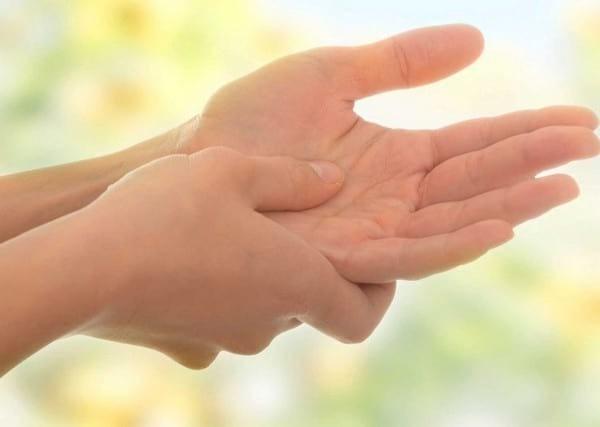 Почему немеет левая рука: причины, что делать и чем это грозит