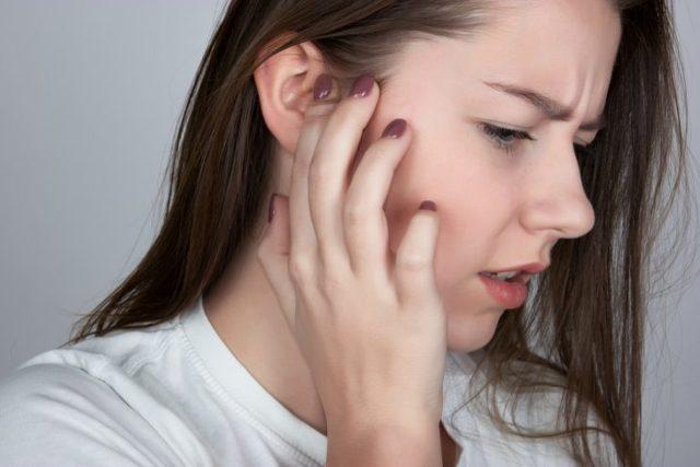 Болит шея с левой стороны за ухом: причины и лечение