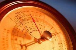 Как атмосферное давление влияет на человека: связь погоды и самочувствия