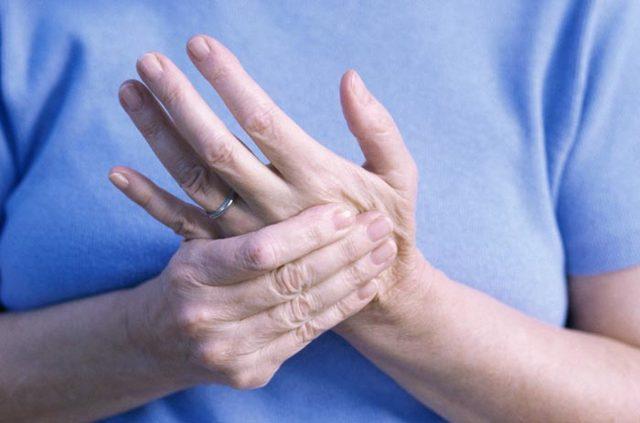 Немеют пальцы рук во сне: причины и лечение недуга
