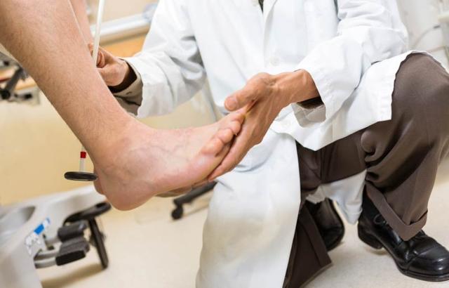 Почему немеют руки и ноги: 7 возможных диагнозов
