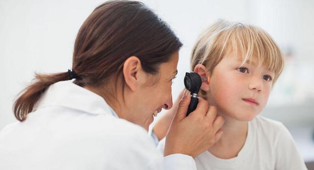 Мокнет за ушами у ребенка: причины, симптомы, чем лечить