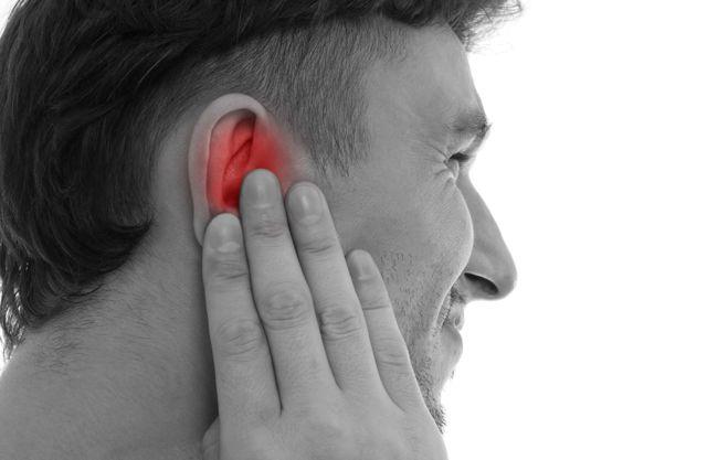 Пульсирующая боль в ухе: причины, по которым отдает в голове за правым или левым, что делать