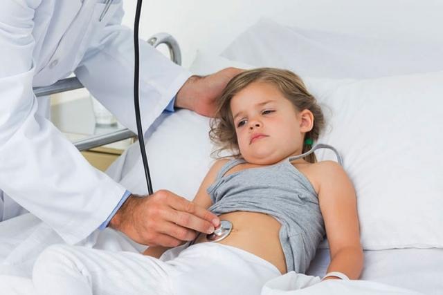 У ребенка болит живот: причины, что делать, препараты, диета