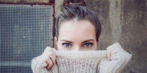 Зеленые выделения у женщин с запахом и без: причины и лечение