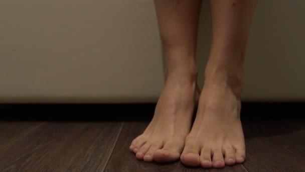 К чему чешется левая ступня - значение приметы по дням