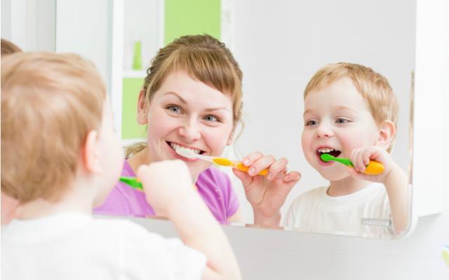 Признаки и фото стоматита у детей во рту
