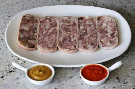 Домашний сальтисон - мясная закуска в свином желудке с чесноком