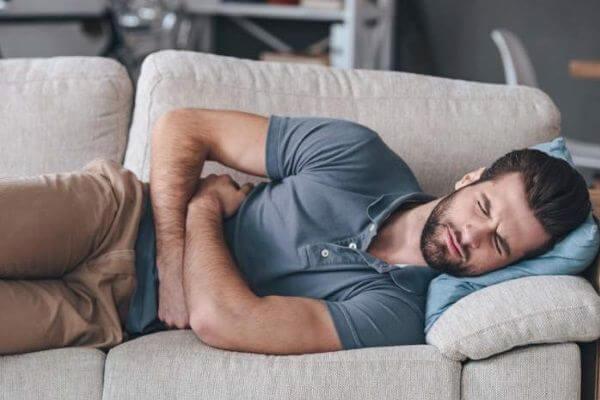 Боль ниже пупка у мужчин: возможные причины патологии