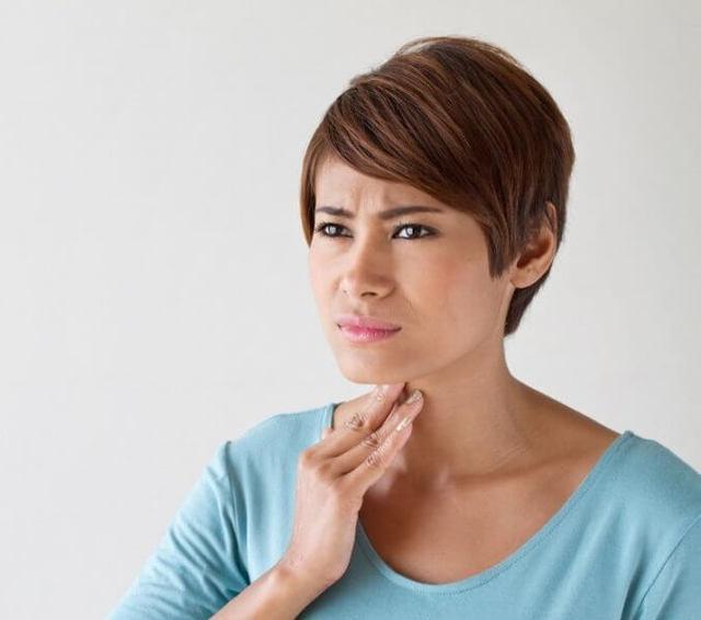 Что делать если в горле застряла еда: причины и первая помощь
