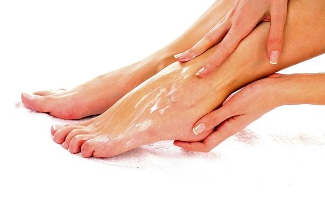 Почему чешутся ноги ниже колен: причины у женщин и мужчин, чем лечить